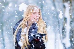 Retrato adolescente joven de la muchacha del invierno Belleza Girl modelo alegre que ríe y que se divierte en parque del invierno Imagenes de archivo