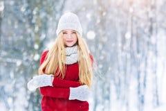 Retrato adolescente joven de la muchacha del invierno Belleza Girl modelo alegre que ríe y que se divierte en parque del invierno Foto de archivo libre de regalías