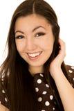 Retrato adolescente lindo de la muchacha con su mano para arriba en su pelo Fotos de archivo libres de regalías