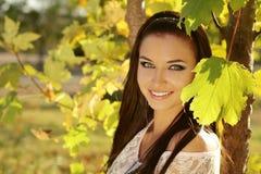 Retrato adolescente sonriente feliz de la muchacha al aire libre. Colores soleados suaves Fotografía de archivo