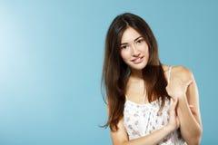 Retrato adolescente sonriente feliz fresco lindo hermoso de la muchacha sobre azul Fotos de archivo libres de regalías