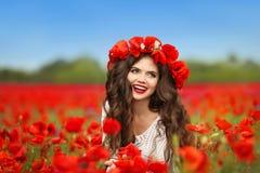 Retrato adolescente sonriente feliz hermoso de la muchacha con las flores rojas en h Fotografía de archivo libre de regalías