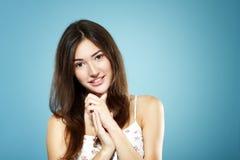 Retrato adolescente sonriente feliz lindo hermoso de la muchacha sobre azul Foto de archivo