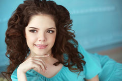 Retrato adolescente sonriente hermoso de la muchacha, morenita con el rizo sano Imágenes de archivo libres de regalías