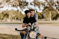 Retrato adorable de amor de dos personas de moda modernas adultas jovenes apuestas atractivas Guy Girl Couple Kissing y abrazo imágenes de archivo libres de regalías