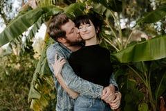 Retrato adorable de amor de dos personas de moda modernas adultas jovenes apuestas atractivas Guy Girl Couple Kissing y abrazo fotos de archivo libres de regalías
