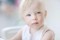 Retrato adorable de la muchacha del niño foto de archivo libre de regalías