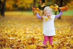 Retrato adorable de la niña pequeña el día del otoño imagenes de archivo
