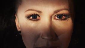 Retrato afiado da fêmea com perfuração azul das lentes e do nariz de contato vídeos de arquivo