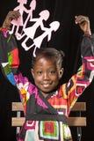 Retrato africano da menina com bonecas de papel imagem de stock