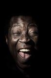 Retrato africano hermoso divertido del estudio del hombre negro imagenes de archivo