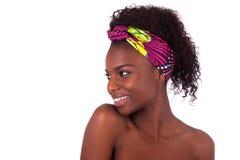 Retrato africano hermoso joven de la mujer, aislado sobre la parte posterior del blanco Fotografía de archivo