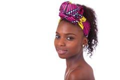 Retrato africano hermoso joven de la mujer, aislado sobre la parte posterior del blanco Imagenes de archivo