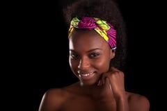 Retrato africano hermoso joven de la mujer, aislado sobre la parte posterior del negro Fotografía de archivo