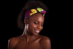 Retrato africano hermoso joven de la mujer, sobre la parte posterior del negro Foto de archivo libre de regalías