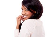 Retrato africano joven sonriente de la mujer aislado Foto de archivo