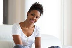 Retrato afro-americano bonito da mulher - pessoas negras Fotos de Stock Royalty Free
