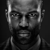 Retrato afro-americano intenso do estúdio imagem de stock