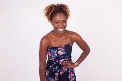Retrato afroamericano sonriente hermoso de la mujer Foto de archivo