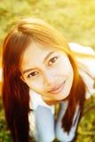 Retrato agradável de uma menina bonita nova com uma luz do sol brilhante Foto de Stock Royalty Free