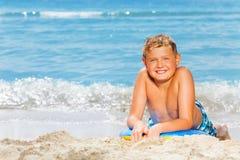 Retrato agradable de las vacaciones de verano de la playa del muchacho Imágenes de archivo libres de regalías