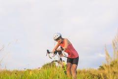 Retrato agradable de un atleta de sexo femenino joven del deporte que descansa afuera. Fotografía de archivo