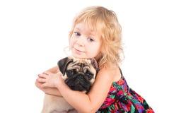 Retrato aislado de la muchacha bonita que abraza el perro Fotografía de archivo libre de regalías
