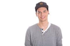 Retrato aislado del adolescente masculino sonriente con el casquillo. Fotos de archivo