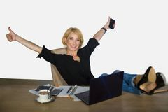 Retrato aislado del negocio corporativo de la mujer hermosa y feliz joven con el trabajo del pelo rubio relajado en el ordenador  fotos de archivo libres de regalías