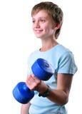 Retrato aislado del niño que ejercita con pesas de gimnasia Imagenes de archivo