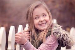 Retrato al aire libre artístico de una muchacha rubia linda que se aferra a una cerca Foto de archivo libre de regalías