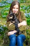 Retrato al aire libre con el pequeño perro Fotos de archivo libres de regalías