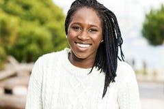 Retrato al aire libre de adolescente africano con las trenzas Fotos de archivo libres de regalías