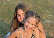 Retrato al aire libre de dos muchachas Imágenes de archivo libres de regalías
