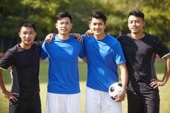 Retrato al aire libre de jugadores de fútbol asiáticos fotos de archivo