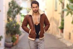 Retrato al aire libre de la caída de la chaqueta de la piel de la moda del hombre que lleva hermoso de moda Fotos de archivo