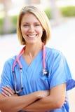 Retrato al aire libre de la enfermera de sexo femenino Imágenes de archivo libres de regalías
