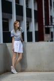 Retrato al aire libre de la forma de vida de la chica joven bonita Imagenes de archivo
