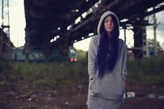 Retrato al aire libre de la forma de vida de la moda de la chica joven bonita, llevando en estilo del grunge del swag del inconfo Foto de archivo libre de regalías