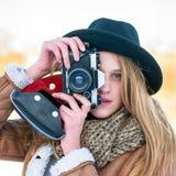 Retrato al aire libre de la forma de vida del invierno de la mujer bastante rubia con la cámara retra Imágenes de archivo libres de regalías