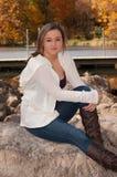 Retrato al aire libre de la hembra joven en roca Imagen de archivo libre de regalías