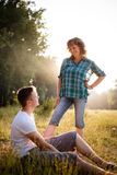 Retrato al aire libre de la madre mayor feliz sonriente con su hijo adulto Fotografía de archivo libre de regalías