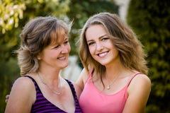 Retrato al aire libre de la madre y de la hija Imagen de archivo libre de regalías