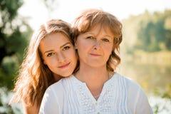 Retrato al aire libre de la madre y de la hija Fotos de archivo