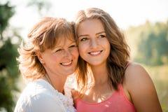 Retrato al aire libre de la madre y de la hija Imagenes de archivo