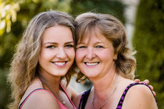 Retrato al aire libre de la madre y de la hija Foto de archivo libre de regalías