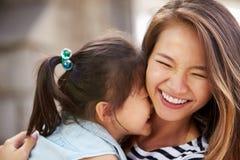 Retrato al aire libre de la madre y de la hija cariñosas Imágenes de archivo libres de regalías