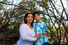 Retrato al aire libre de la madre y del hijo Fotografía de archivo