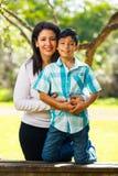 Retrato al aire libre de la madre y del hijo Imagen de archivo libre de regalías