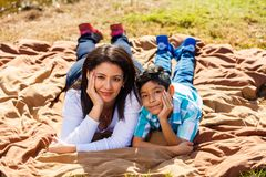 Retrato al aire libre de la madre y del hijo Fotos de archivo libres de regalías